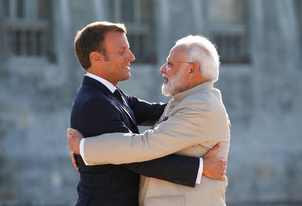 O presidente francês Emmanuel Macron abraça o primeiro-ministro indiano Narendra Modi enquanto o recebe antes do encontro no Castelo de Chantilly, perto de Paris, em 22 de agosto de 2019. Foto: PASCAL ROSSIGNOL / POOL / AFP. -