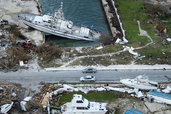 FOTOS DO DIA - 05 de Setembro 2019 (Uma vista aérea dos danos causados pelo furacão Dorian em 5 de setembro de 2019, em Marsh Harbour, Great Abaco Island, nas Bahamas. - O furacão Dorian atingiu as Carolinas com chuvas fortes e ventos fortes, enquanto se aproximava da costa leste dos EUA na quinta-feira, depois de devastar as Bahamas e matar pelo menos 20 pessoas. Foto: Brendan Smialowski / AFP.)