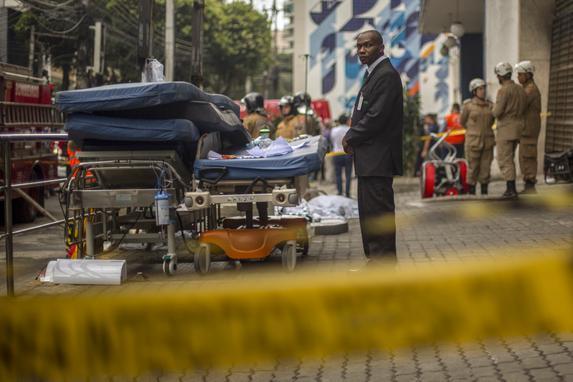 FOTOS DO DIA - 13 de Setembro de 2019 (Um oficial de segurança cuida de equipamentos médicos deixados do lado de fora do Hospital particular de Badim após um incêndio no bairro da Tijuca, Rio de Janeiro, Brasil, em 13 de setembro de 2019. - Pelo menos 10 pessoas morreram em um incêndio em um hospital no Rio de Janeiro , disse o Corpo de Bombeiros na cidade brasileira, com relatórios preliminares sugerindo que um curto-circuito em um gerador poderia ter causado o incêndio. Foto: Mauro Pimentel / AFP.)