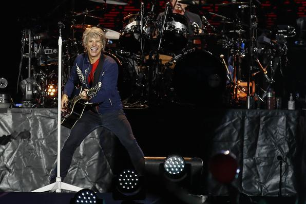 O cantor americano Bom Jovi de 57 anos durante apresentação no estádio do Arruda. O show em Recife faz parte da turnê do álbum ''The house is not sale'' de 2016 Foto: Paulo Paiva/DP FOTO. -