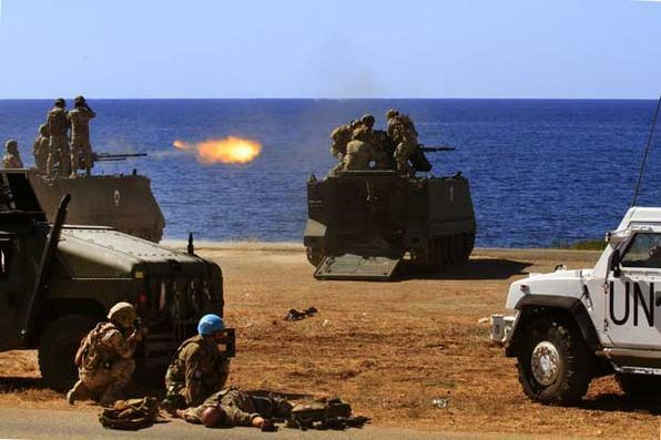 Membros da Força Interina das Nações Unidas no Líbano (UNIFIL) e soldados das Forças Armadas libanesas participam de um exercício de fogo ao sul da sede da UNIFIL em Naqura. Foto: Mahmoud ZAYYAT / AFP. -