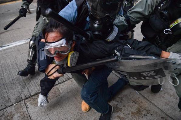 A polícia deteve um manifestante em uma estrada na área de Wanchai, em Hong Kong, em 1º de outubro de 2019, enquanto a cidade observa o feriado do Dia Nacional para marcar o 70º aniversário da fundação da China comunista. - Em Hong Kong, devastada por conflitos, em 1º de outubro, marcou o 70º aniversário da fundação da China comunista com protestos desafiadores do ''Dia do Luto'' e novos confrontos com a polícia, enquanto ativistas pró-democracia ignoravam a proibição e saíam pelas ruas da cidade. Foto: Nicolas ASFOURI / AFP. -
