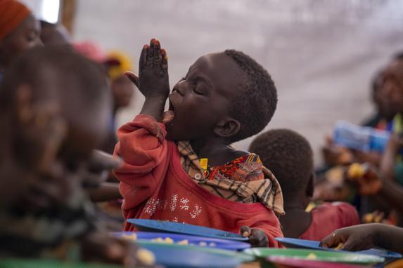 FOTOS DO DIA - 03 de Outubro de 2019 (O jovem refugiado do Burundi, Kevin lambe a mão enquanto desfruta de uma refeição, nesta quinta - feira (03), no local de trânsito de Nyabitara, em Ruyigi, Burundi. - Quase 600 burundianos que fugiram da violência política em seu país de origem para a Tanzânia foram repatriados no dia de hoje voluntariamente, disseram a agência de refugiados da ONU e testemunhas. A medida ocorreu depois que o governo da Tanzânia prometeu que, a partir de 1º de outubro, começaria a repatriar todos os burundianos, querendo ou não, uma postura que algumas autoridades parecem estar tentando reverter. Foto: TCHANDROU NITANGA / AFP.)