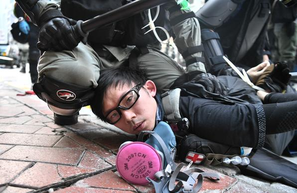 Um manifestante é detido pela polícia quando manifestações violentas acontecem nas ruas de Hong Kong em 1º de outubro de 2019, enquanto a cidade observa o feriado do Dia Nacional para marcar o 70º aniversário da fundação da China comunista. Foto: Anthony WALLACE / AFP. -