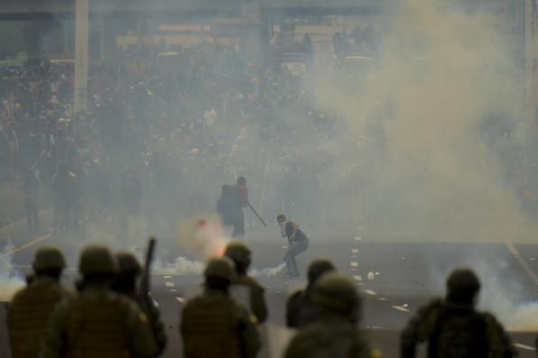 As forças de segurança do Equador colidem com povos indígenas e camponeses que protestam contra as políticas econômicas do governo do presidente do Equador, Lenin Moreno, em relação ao acordo assinado em março com o Fundo Monetário Internacional (FMI), nos arredores de Quito, em 7 de outubro de 2019. Foto: RODRIGO BUENDIA / AFP. -