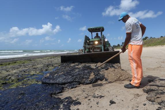 """FOTOS DO DIA - 10 de Outubro de 2019 (Manchas de óleo na praia de Lagoa do Pau, no município de Coruripe, em   Alagoas, nesta quinta-feira, 10. O ministro do Petróleo da Venezuela, que   também é presidente da PDVSA, estatal do setor no país, Manuel Quevedo, negou que a empresa seja a responsável pelo óleo que atinge praias do Brasil. Para o alto funcionário do governo de Nicolás Maduro, as acusações   têm como objetivo """"aprofundar as agressões unilaterais"""" contra o povo   venezuelano. Foto: CARLOS EZEQUIEL VANNONI/AGÊNCIA PIXEL PRESS/ESTADÃO CONTEÚDO.)"""
