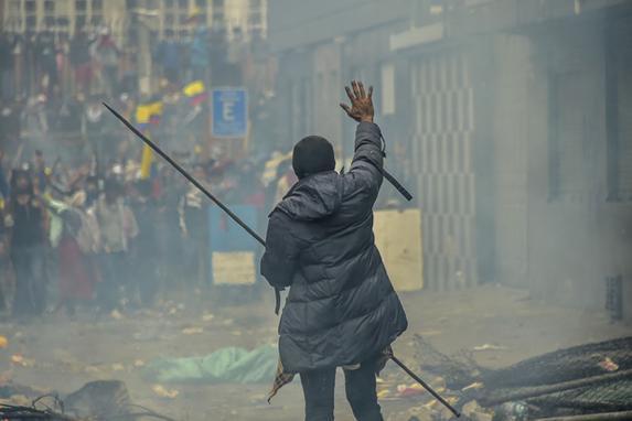 """FOTOS DO DIA - 11 de Outubro de 2019 (Manifestantes participam de um protesto contra o aumento do preço do combustível ordenado pelo governo para garantir um empréstimo do FMI, em Quito, em 11 de outubro de 2019. - O líder indígena equatoriano Jaime Vargas, chefe da organização guarda-chuva CONAIE, rejeitou as negociações na véspera. Lenin Moreno e fez um apelo para """"radicalizar"""" os protestos contra a alta dos preços dos combustíveis em meio à violência que deixou cinco manifestantes mortos. O apelo do líder indígena chave ocorreu diante dos esforços do presidente Moreno em retomar o diálogo após uma semana de protestos que interromperam a produção de petróleo do país. (Foto de RODRIGO BUENDIA / AFP))"""