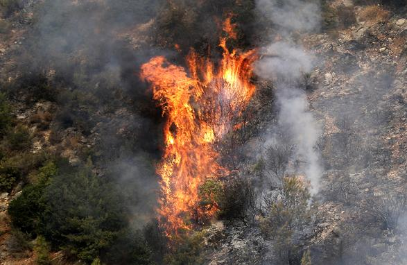 FOTOS DO DIA - 15 de Outubro de 2019 (Fogo destrói florestas na área montanhosa que flanqueia o rio Damour, perto da vila de Meshref, nas montanhas Shouf do Líbano, a sudeste da capital Beirute, nesta terça - feira (15). As chamas devoraram grandes extensões de terra em várias regiões libanesas e sírias. O surto coincidiu com altas temperaturas e ventos fortes, segundo a mídia oficial dos dois países. Foto: JOSEPH EID / AFP.)