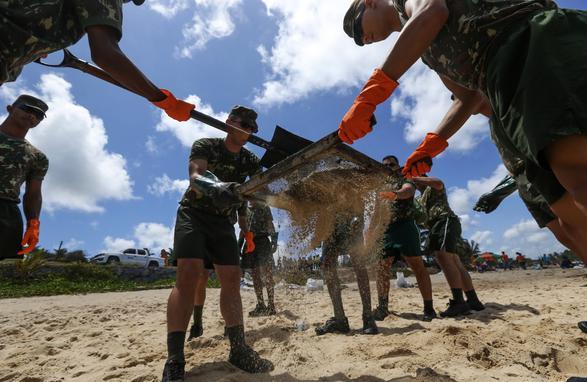 FOTOS DO DIA - 22 de Outubro de 2019 (Como anunciado ontem pelo presidente em exercício, general Hamilton Mourão, homens do Exército começaram a ajudar na limpeza das praias atingidas óleo em Itapuama, no Cabo de Santo Agostinho (PE), nesta terça-feira, 22 de outubro de 2019. Segundo ele, entre 4 mil e 5 mil homens do Exército estarão à disposição dos Estados atingidos. Foto: CARLOS EZEQUIEL VANNONI/AGÊNCIA PIXEL PRESS/ESTADÃO CONTEÚDO.)