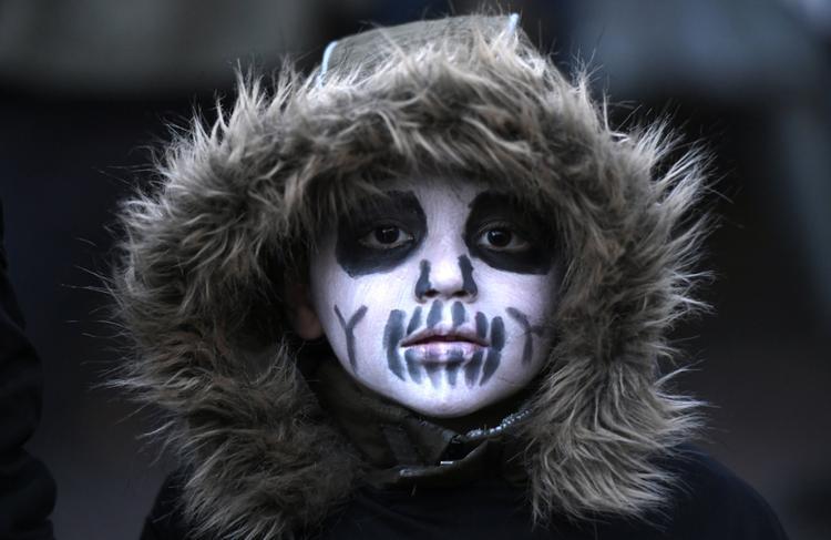 FOTOS DO DIA - 31 de Outubro de 2019 (Uma criança participante de um evento de caminhada de zumbi de Halloween posa em Essen, oeste da Alemanha, nesta quinta - feira (31). Foto: INA FASSBENDER / AFP.)