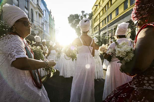 FOTOS DA SEMANA (28 de Outubro a 1 de Novembro) (O centro do Recife recebeu nesta sexta-feira a tradicional Caminhada dos Terreiros, que já está na 13ª edição. A ação abriu o Mês da Consciência Negra e trouxe como temática a mensagem %u201CMexeu com um(a), mexeu com todos%u201D, em referência à união entre os povos, sem distinção de gênero, cor ou crença, sendo, como de costume, uma mobilização contra o racismo e a intolerância religiosa. A mobilização celebrou a força e a ancestralidade das religiões de matrizes afro e indígena. Foto: Bruna Costa / Esp. DP FOTO)