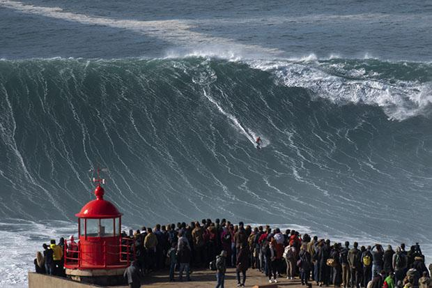 FOTOS DA SEMANA (18 a 22 de Novembro) (O surfista brasileiro Rodrigo Koxa surfa uma onda durante uma sessão de surf gratuito na Nazare, em 20 de novembro de 2019, ondas atingidas entre 15 e 20mt de altura. - A Nazaré realiza um dos dois grandes concursos de surf do mundo, com ondas chegando a 30 metros no inverno. Foto: Olivier MORIN / AFP)