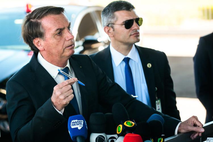 FOTOS DO DIA - 25 de Novembro de 2019 (O presidente Jair Bolsonaro fala a  imprensa ao sair do Palácio da Alvorada, nesta segunda - feira (25). Foto: Antônio Cruz / Agência Brasil. )