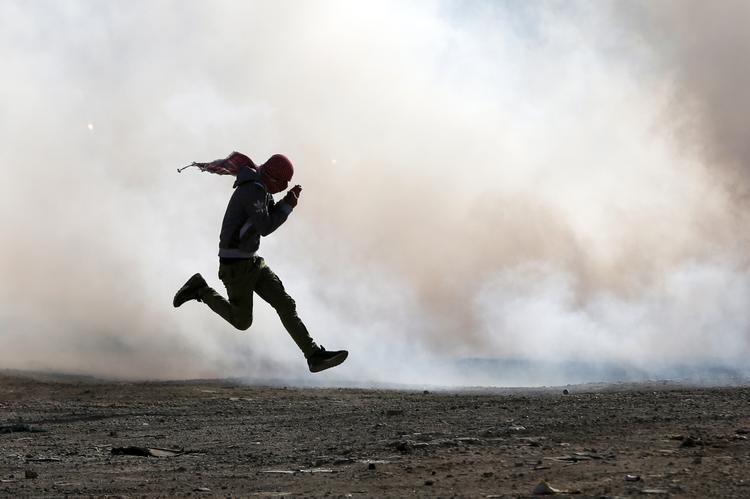FOTOS DO DIA - 26 de Novembro de 2019 (Manifestantes palestinos colidem com as forças de segurança israelense, nesta terça feira (26), na cidade de Ramallah, na Cisjordânia, após uma manifestação contra a mudança de política dos EUA sobre assentamentos israelenses em territórios palestinos e após a morte do prisioneiro palestino Sami Abu Diyak. Foto: ABBAS MOMANI / AFP.)
