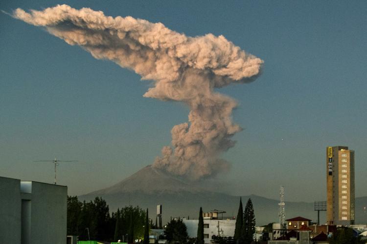 FOTOS DO DIA - 09 de Janeiro de 2020 (O vulcão Popocatepetl vomita cinzas e fumaça como visto de Puebla, no centro do México, em 9 de janeiro de 2020. Foto: Carlos SANCHEZ / AFP.)