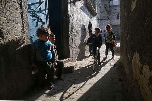 FOTOS DO DIA - 28 de Janeiro de 2020 (As crianças brincam no campo de refugiados de Khan Yunis, no sul da Faixa de Gaza, em 28 de janeiro de 2020. Facções rivais palestinas Hamas e Fatah se unirão na terça-feira em uma rara reunião na cidade de Ramallah, na Cisjordânia, contra o tão esperado plano de paz do presidente dos EUA, Donald Trump disse. Foto: SAID KHATIB / AFP)