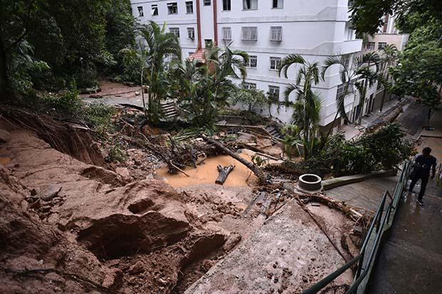 FOTOS DO DIA - 29 de Janeiro de 2020 (Um morador local sobe escadas ao lado de uma área coberta de lama e água após fortes chuvas no bairro São Pedro, em Belo Horizonte, Minas Gerais, Brasil, em 29 de janeiro de 2020. - O número de mortos por dias de intensas tempestades e as inundações no sudeste do Brasil subiram para 45, enquanto o número de feridos é de 12 e o número de desaparecidos foi reduzido de 25 para 19, disseram autoridades locais da Defesa Civil. (Foto de DOUGLAS MAGNO / AFP))