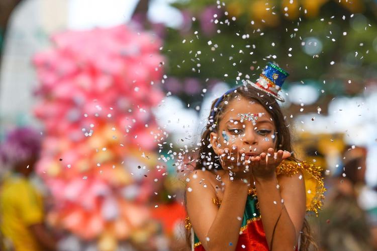 Fotos: Confira as imagens da tarde de Segunda-feira de Carnaval no Recife Antigo