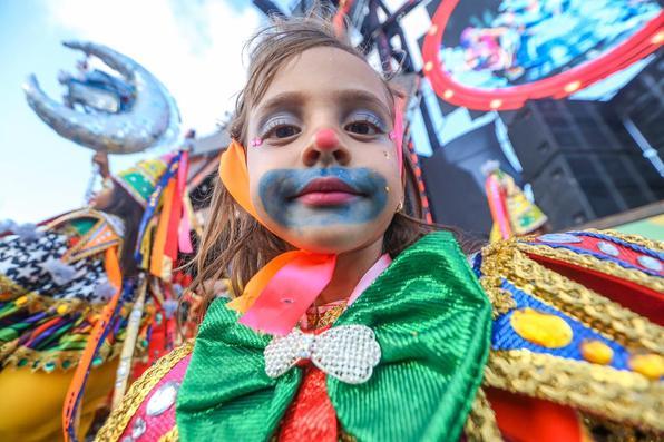 No quarto dia de festividades oficiais do Carnaval do Recife, as lentes do Diario de Pernambucano captaram a passagem de blocos líricos e a folia das crianças na Rua do Bom Jesus.  - (Leandro de Santana/Esp. DP)
