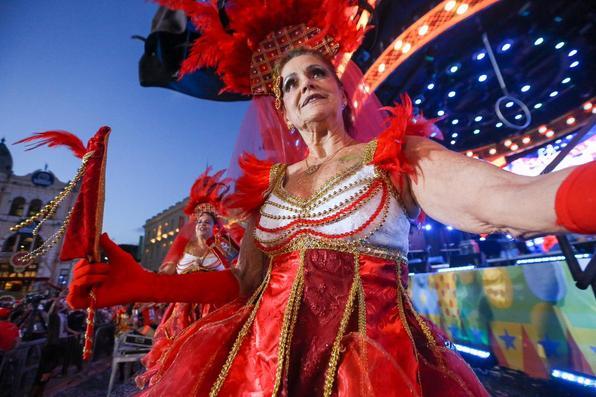 No quarto dia de festividades oficiais do Carnaval do Recife, as lentes do Diario de Pernambucano captaram a passagem de blocos líricos e a folia das crianças na Rua do Bom Jesus.  - (Leandro de Santana/Esp. DP Foto)