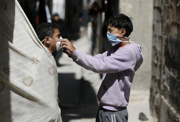 CORONAVÍRUS: Veja as fotos do dia 25 de Março de 2020 (Crianças palestinas brincam com máscaras no campo de refugiados de al-Shati, na cidade de Gaza, em 25 de março de 2020, em meio à nova pandemia de coronavírus. (Foto de MOHAMMED ABED / AFP))