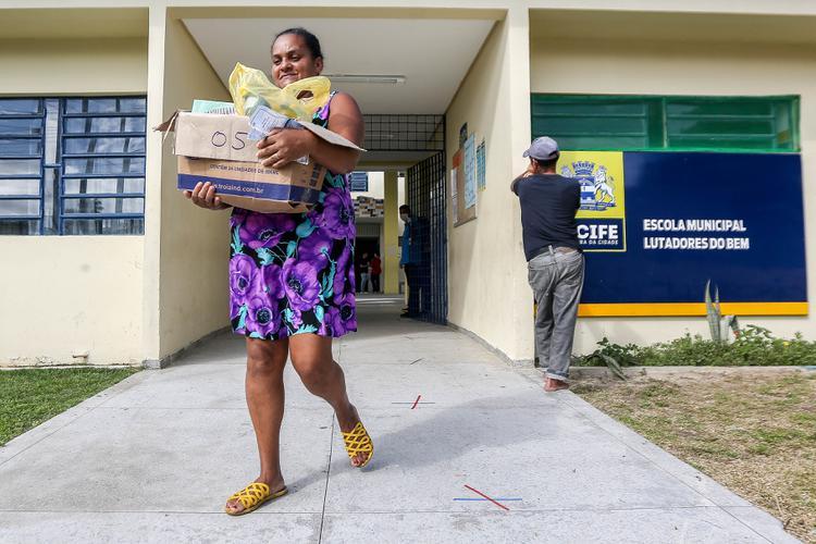 CORONAVÍRUS: Veja as fotos da entrega dos kits as famílias de estudantes do Recife para enfrentar isolamento
