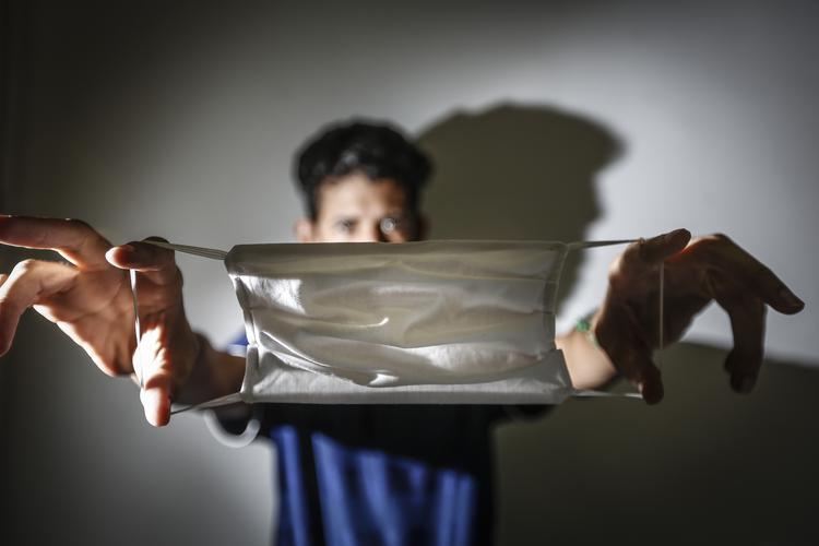CORONAVÍRUS: Veja as fotos do dia 23 de Abril de 2020 ( Homem é visto com máscara respiratória para prevenção ao novo coronavírus (Covid-19) na cidade de Recife (PE) nesta quinta-feira (23). Autoridades locais em cidades por todo o país estão decretando o uso obrigatório de máscaras de proteção para circulação de pessoas em locais públicos como forma de prevenção ao contágio do vírus. Foto: Paulo Paiva / DP FOTO.)