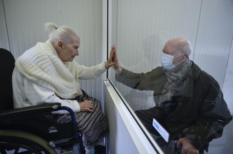 CORONAVÍRUS: Veja as fotos do dia 29 de Abril de 2020 (Suzanne Valette, 88 anos, infectada com COVID-19, encontra-se com seu filho Philippe Melard através de uma fechadura de plexiglass dentro do contenair no lar de idosos Buissonets, que foi convertido em uma sala de visitas para os parentes, em Horion-Hozemont, uma seção do município de Grace-Hollogne, em 29 de abril de 2020 - A Bélgica está em sua sétima semana de confinamento na atual crise do vírus da corona. O governo anunciou um plano em fases para tentar sair da situação de bloqueio no país, continuando a evitar a propagação do Covid-19. Foto: JOHN THYS / AFP.)