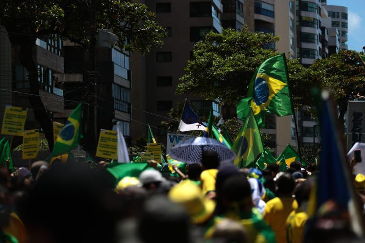 Manifestantes bolsonaristas ocupam Avenida Boa Viagem