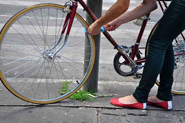 Para evitar roubos prenda a bicicleta de forma a dificultar o desmonte. Foto: Bruna Monteiro/DP/D.A Press