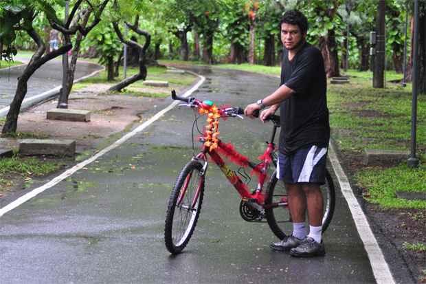 Ênio Paipa é um dos voluntários do Bike Anjo e se diz motivado pela vontade de ver mais pessoas pedalando. Foto: Julio Jacobina/DP/D.A Press