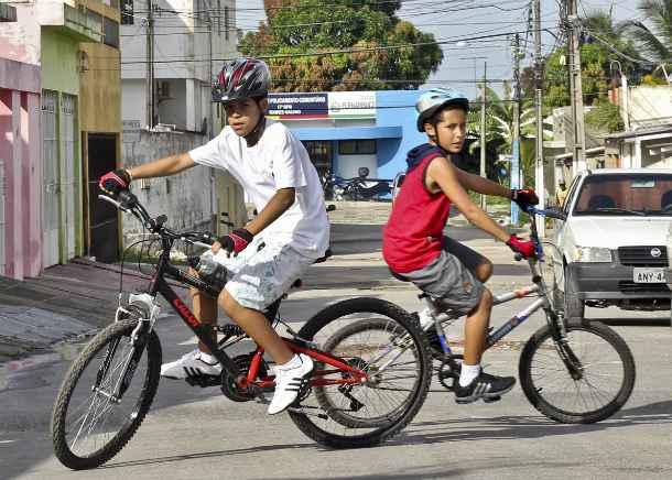 Gabriel Victor e Cauê Marinho pedalam protegidos. Foto: Arthur de Souza/Esp DP/DA Press