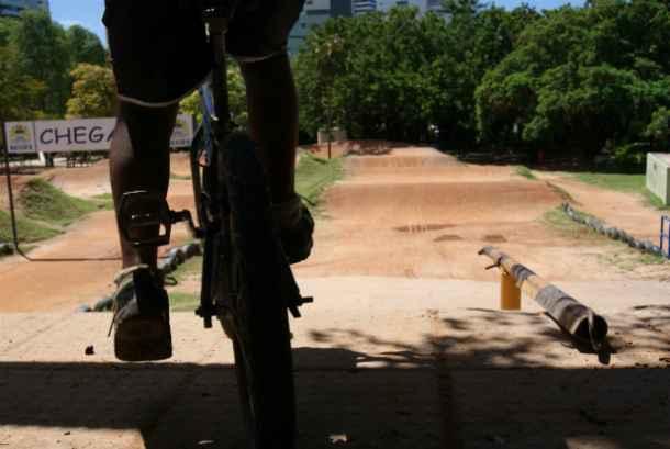 O Parque da Jaqueira, na Zona Norte do Recife, possui pista apropriada para a prática do esporte. Na foto, Cláudio José, 12 anos. Crédito: Laís Araújo/Esp DP/DA Press. (Laís Araújo/Esp DP/DA Press)