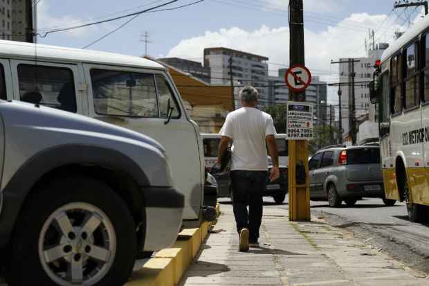 Derby Center, no Derby, região central do Recife, era ponto conhecido de estacionamento irregular. Foi necessária a instalação de gelos baianos para evitar a invasão de espaço. Foto: Blenda Souto Maior/DA/DP Press.