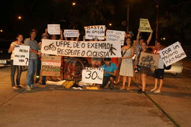Protesto na UFPE pede mais atenção aos ciclistas. Foto: Nando Chiappetta/DP/DA Press.