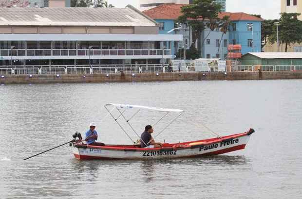 Barqueiros realizam travessia do Marco Zero para o Parque das Esculturas. Foto: Paulo Paiva/DP/D.A Press (Paulo Paiva/DP/D.A Press)