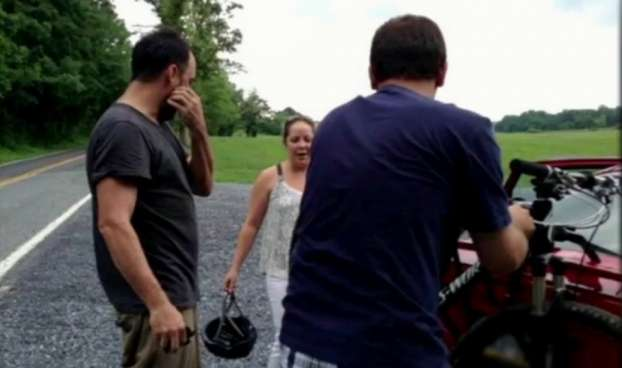 """Dave Matthews pedalava quando sua bicicleta quebrou. Uma fã que possuía um """"bike rack"""" no carro deu carona para o músico. Foto: Reprodução (Reprodução)"""