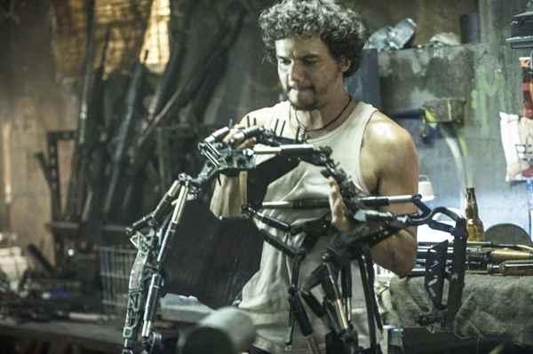 O longa traz Moura como Spider, uma espécie de hacker, revolucionário e contrabandista de humanos. Crédito: SOny Pictures/Divulgação (Sony Pictures/Divulgação)