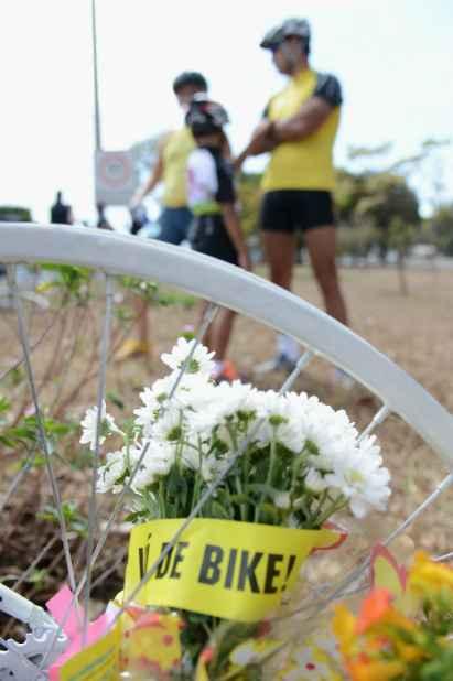 Uma bicicleta branca foi fincada no lugar e é mantida com flores. Foto: Fabio Rodrigues Pozzebom/ABr (Fabio Rodrigues Pozzebom/ABr)