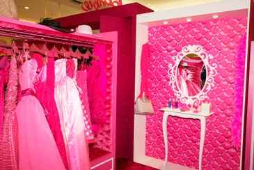O estilo de vida da boneca Barbie, que já virou personalidade, sempre fez com que ela fosse popular entre crianças e adultos. (www.shoppingrecife.com.br)