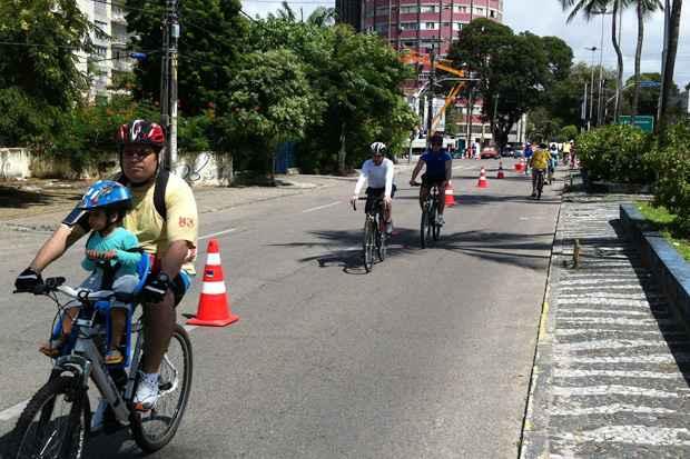 Muitas pessoas aproveitando a manhã de feriado de 7 de Setembro para pedalar no Recife. Foto: Teresa Maia/DP/D.A Press