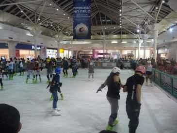 Pista de gelo ficará na praça de eventos até o dia 13 de outubro. (www.shoppingguararapes.com)