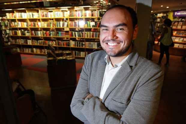 O advogado Ricardo Alves, 25, calcula um gasto médio mensal de R$ 200 com livros, cinema e teatro. Ele diz que a iniciativa é válida, já que estimula o hábito de se consumir cultura. Foto: Roberto Ramos/DP/D.A Press