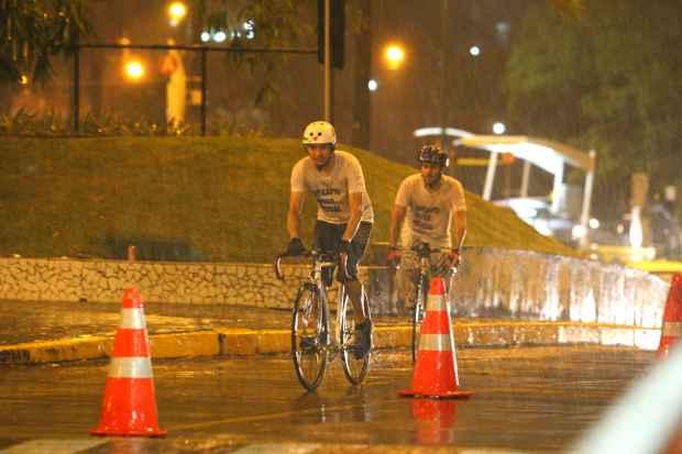 No trajeto de cerca de 9,5 km feito na noite da última quinta-feira faltavam vias  adequadas para ciclistas. Foto: Paulo Paiva/DP/D.A Press