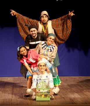 Espetáculo O Menino da Gaiola, do grupo Bureau de Cultura, terá áudio-descrição e tradução em libras. (Ângulo Cinematografia/Divulgação)