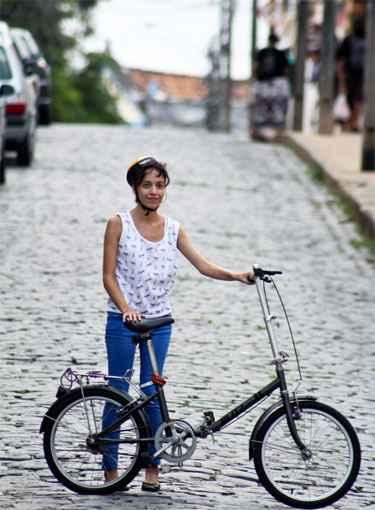 Kelly Saura mede 1,52 e teve dificuldades de encontrar um modelo de bicicleta adequado para a sua altura. Foto: Arthur Souza/Esp.DP/D.A Press