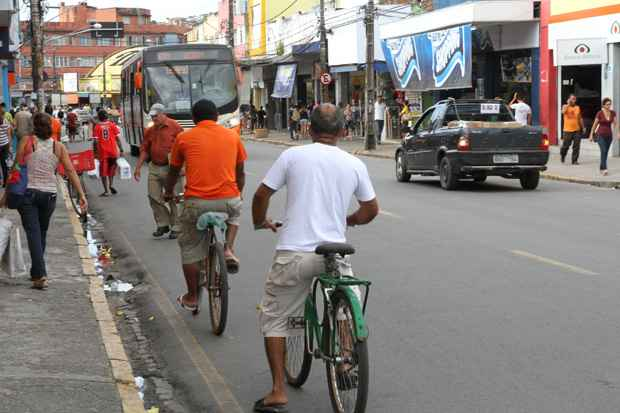Padre Lemos é dona de um trânsito caótico, um tráfego intenso de pessoas e rota de muitos ciclistas. Foto: Nando Chiappetta/DP/D.A Press