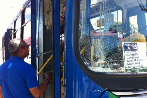 O ônibus que atingiu e matou o ciclista em Afoagdos. Foto: Glynner Brandão/DP/D.A.Press