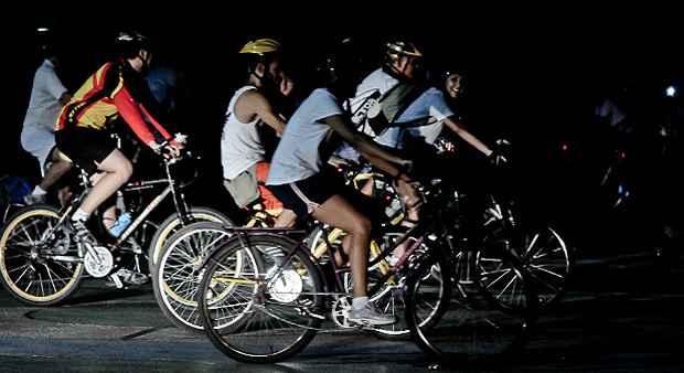 Os grupos de pedal noturno são alternativa para quem quer fugir do calor no verão. Crédito: Bernardo Dantas/DP/DA