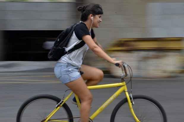 Malu Donanzan usa a bicicleta diariamente e seleciona uma playlist para cada estado de espírito (Foto: Cristiane Silva/DP/D.A Press)